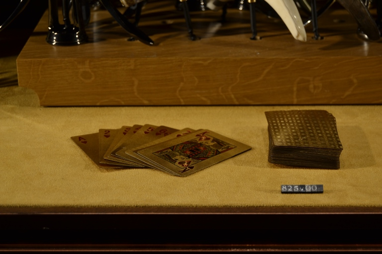 Baraja de cartas de oro por 825€