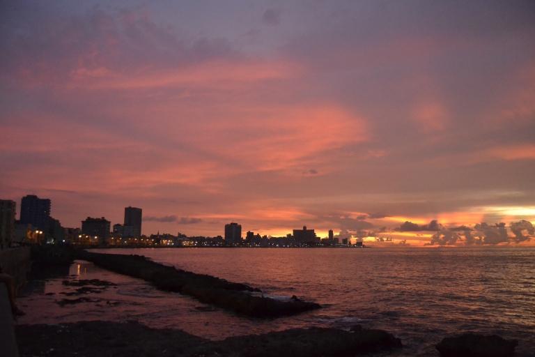 El cielo del Malecón teñido de rojo