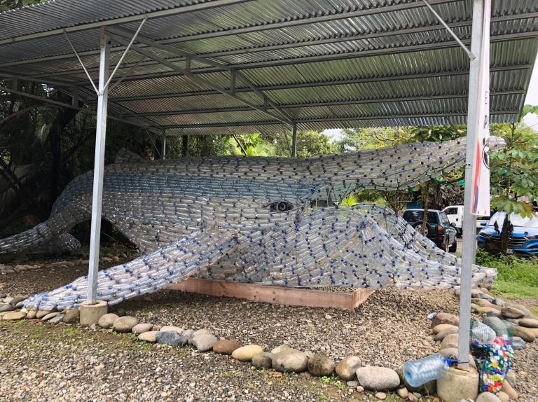 Representación de una ballena con botellas de plástico para concienciar sobre el impacto de este material sobre la naturaleza.